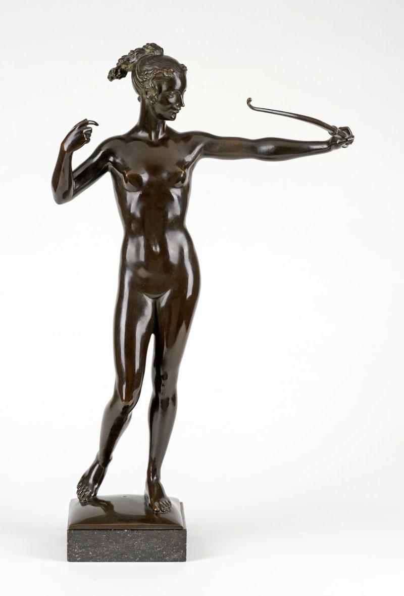 Hermann Fritz . Bogenschützin . Bronze . Höhe 73 cm
