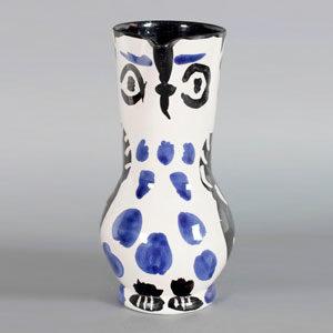 Pablo Picasso . Keramikkrug Eule . ca. 1950 . Keramik mit weißer, blauer, schwarzer und dunkelbrauner Matt- und Glanzbemalung . ca. 27 cm