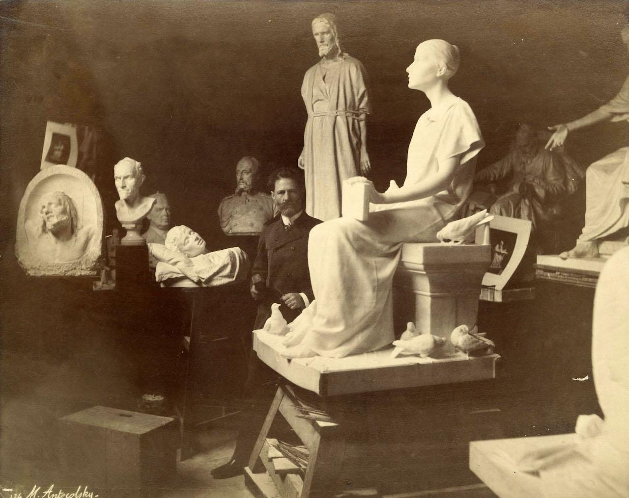Mark Matwejewitsch Antokolski in seinem Pariser Atelier. zwischen 1885-1890